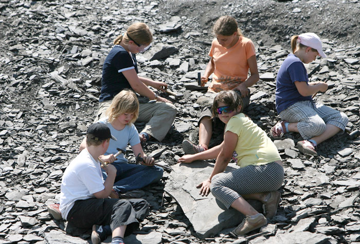 Kinder bearbeiten Schieferplatten